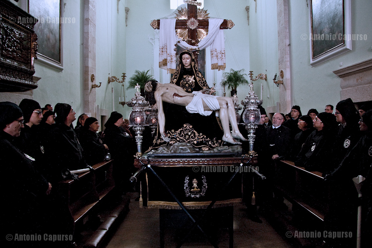 Chiesa del purgatorio: Confratelli della Morte in prayer