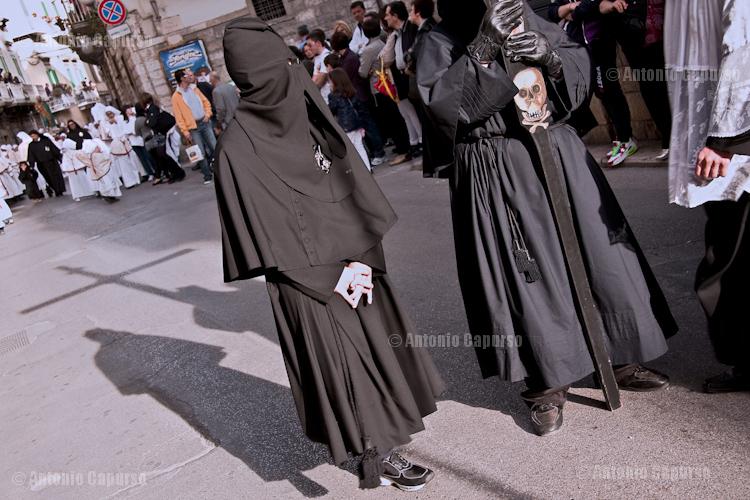 """The head of the religious procession with some """"confratelli della Morte"""""""