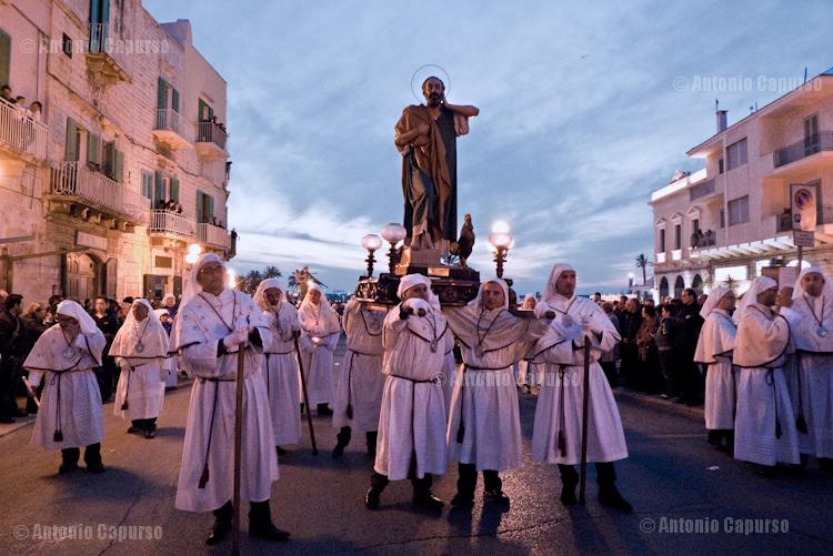 San Giovanni Apostolo, recato a spalla dalla Confraternita di Sant'Antonio