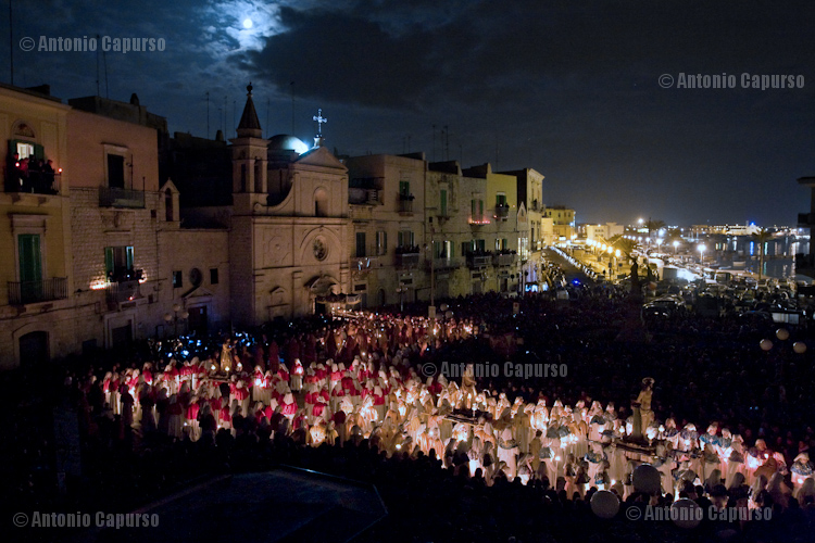 """The """"Santi Misteri"""" statues carried out from  Santo Stefano Church on  Friday night"""