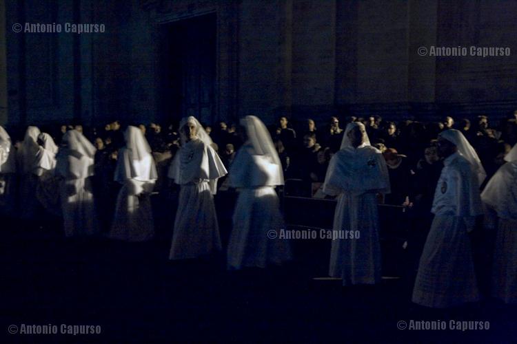 Confratelli di Sant'Antonio: durante l'ultimo tratto della processione del Sabato Santo tutte le luci artificiali sono spente