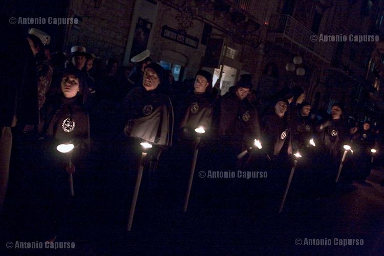 Confratelli della Morte: durante l'ultimo tratto della processione del Sabato Santo tutte le luci artificiali sono spente