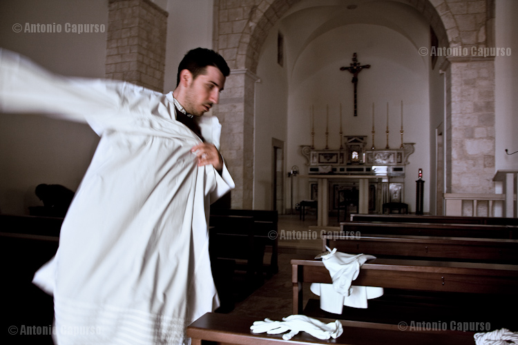 """Dressing of a """"confratello"""" from the Confraternita di Sant'Antonio"""