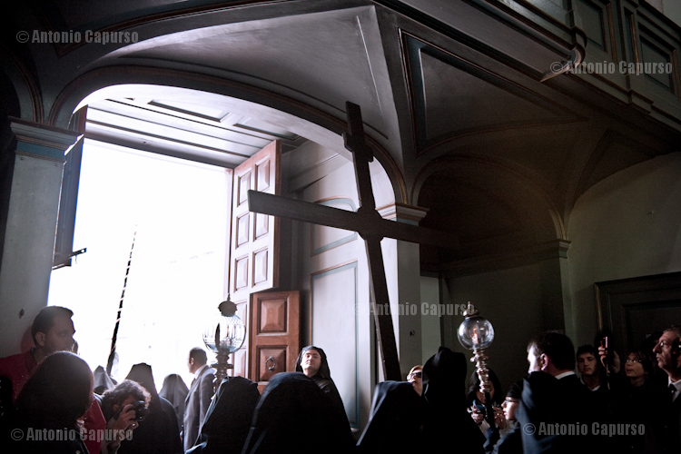 Chiesa del Purgatorio: statues are carried out on the Holy Saturday
