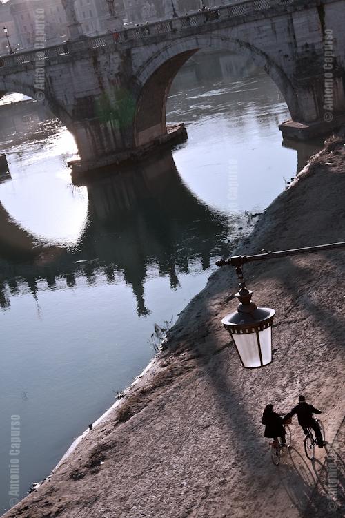 Ciclisti all'ombra di Ponte Sant'Angelo